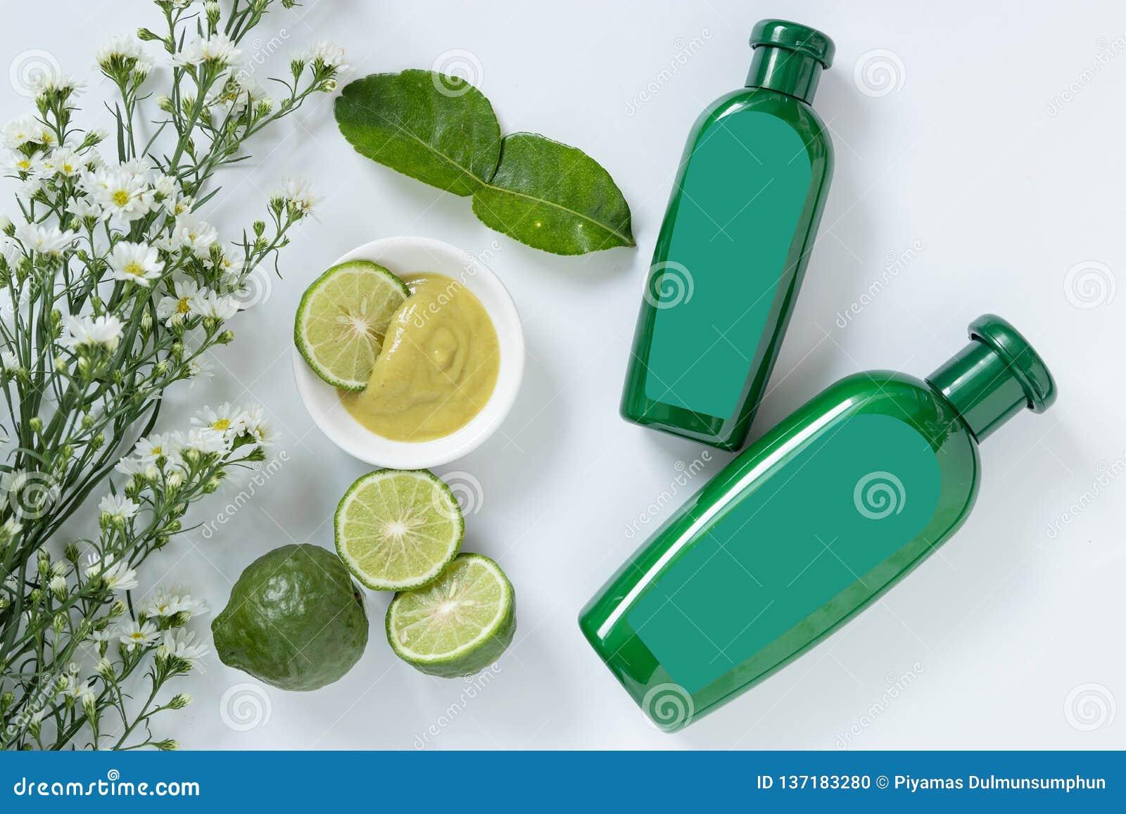 头发概念的天然产品 两绿色塑料瓶的大小有空白的标签的包含草本香柠檬香波