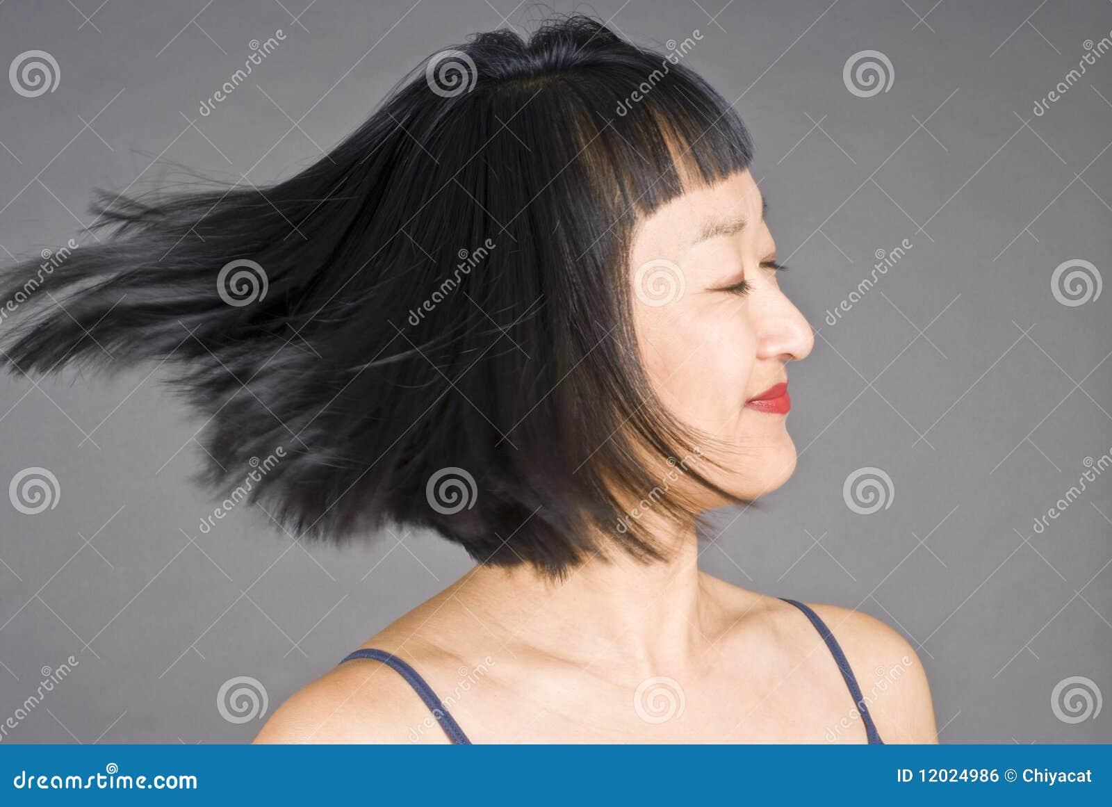 头发短的妇女