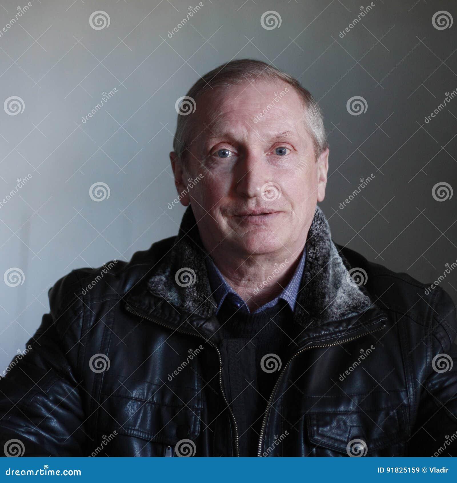 黑夹克的画象白肤金发的蓝眼睛的人
