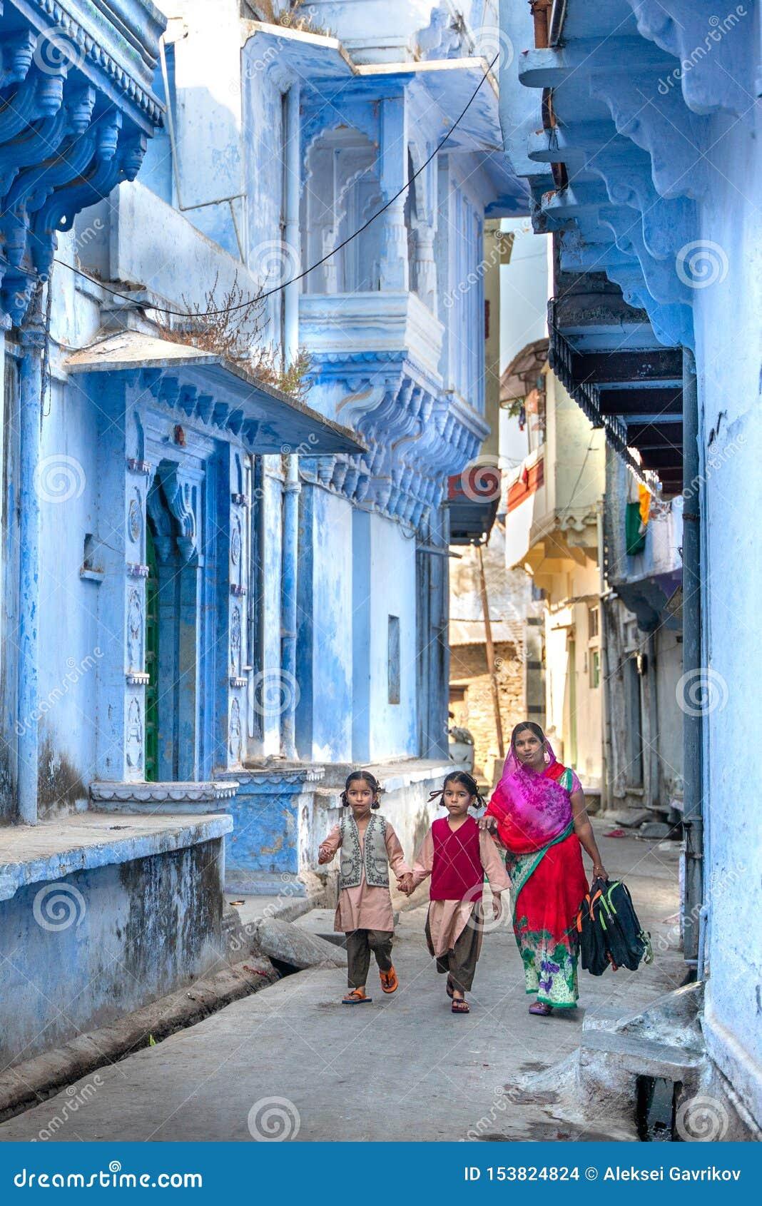 奇陶尔加尔/印度25 02 2019年:有她的孩子的妇女去教育