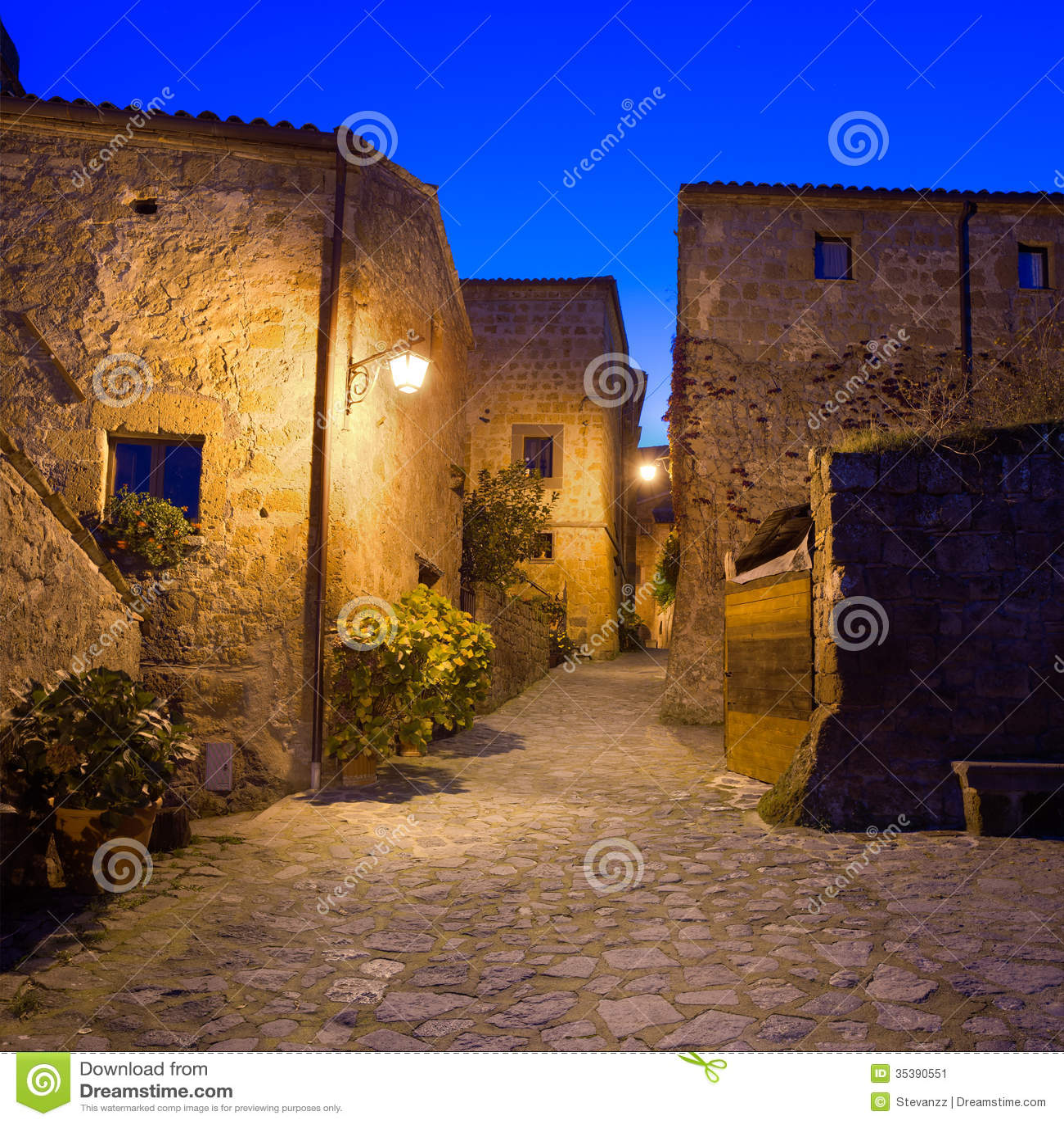 奇维塔二巴尼奥雷焦地标,在微明的中世纪村庄视图。意大利