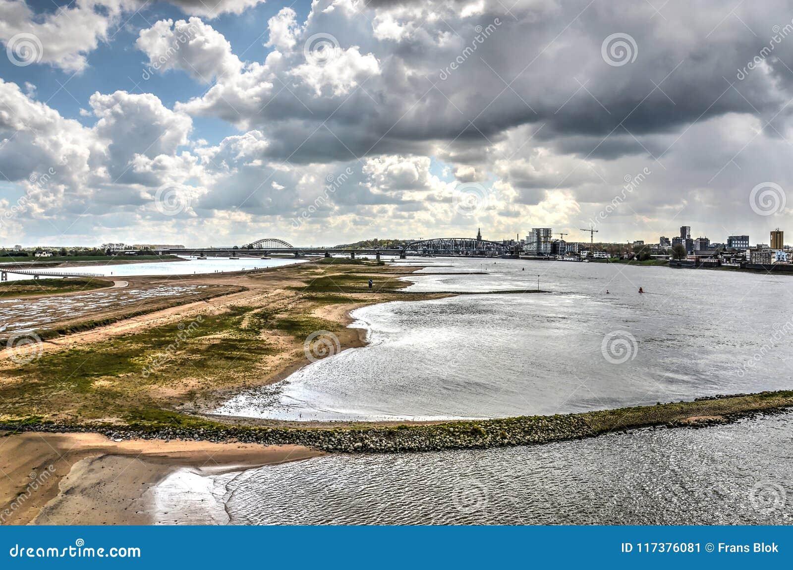 奈梅亨洪泛区在剧烈的天空下