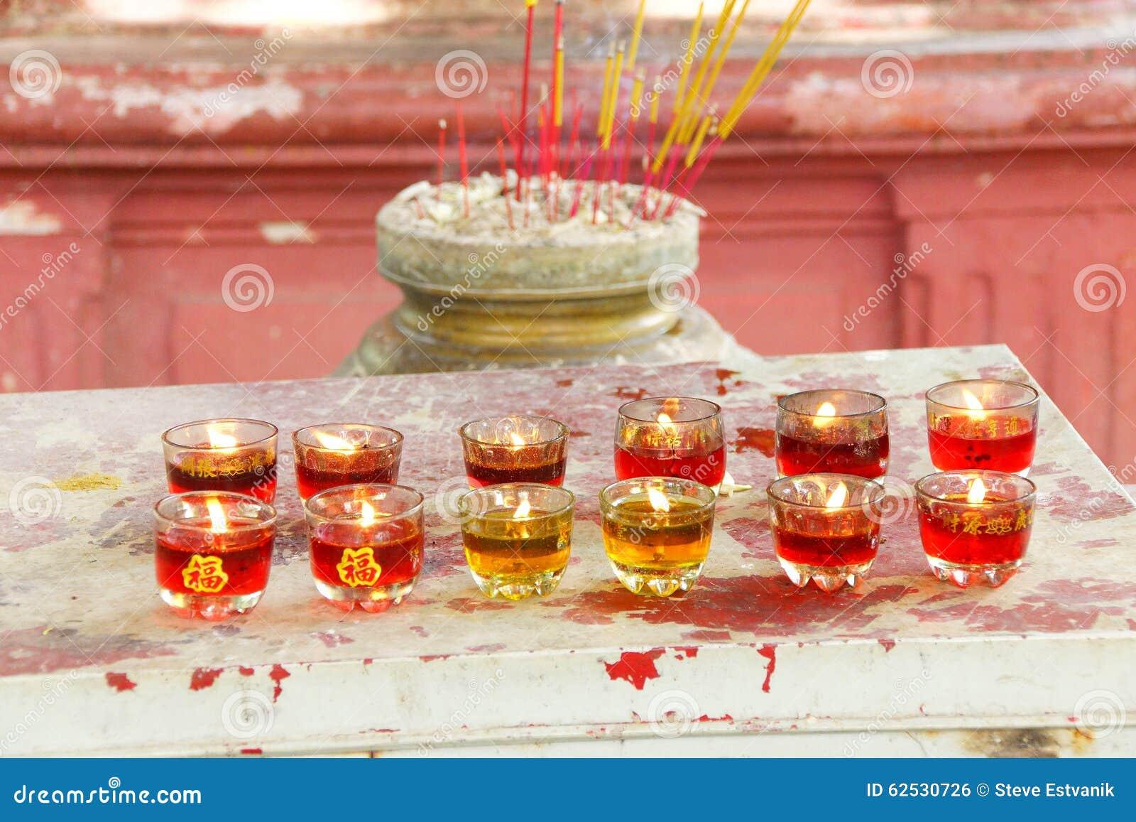 奉献的蜡烛和香火