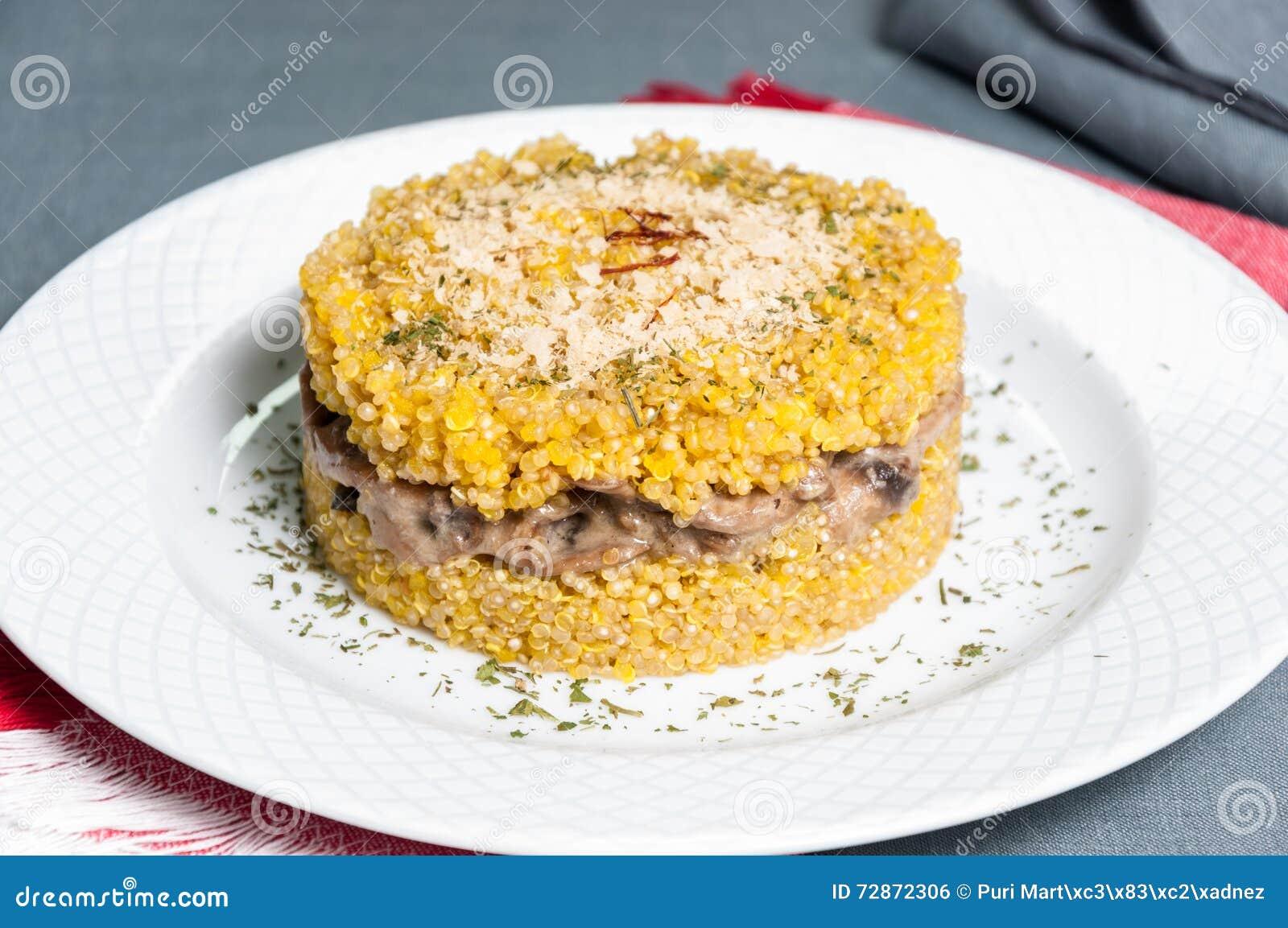 奎奴亚藜意大利煨饭盘用蘑菇
