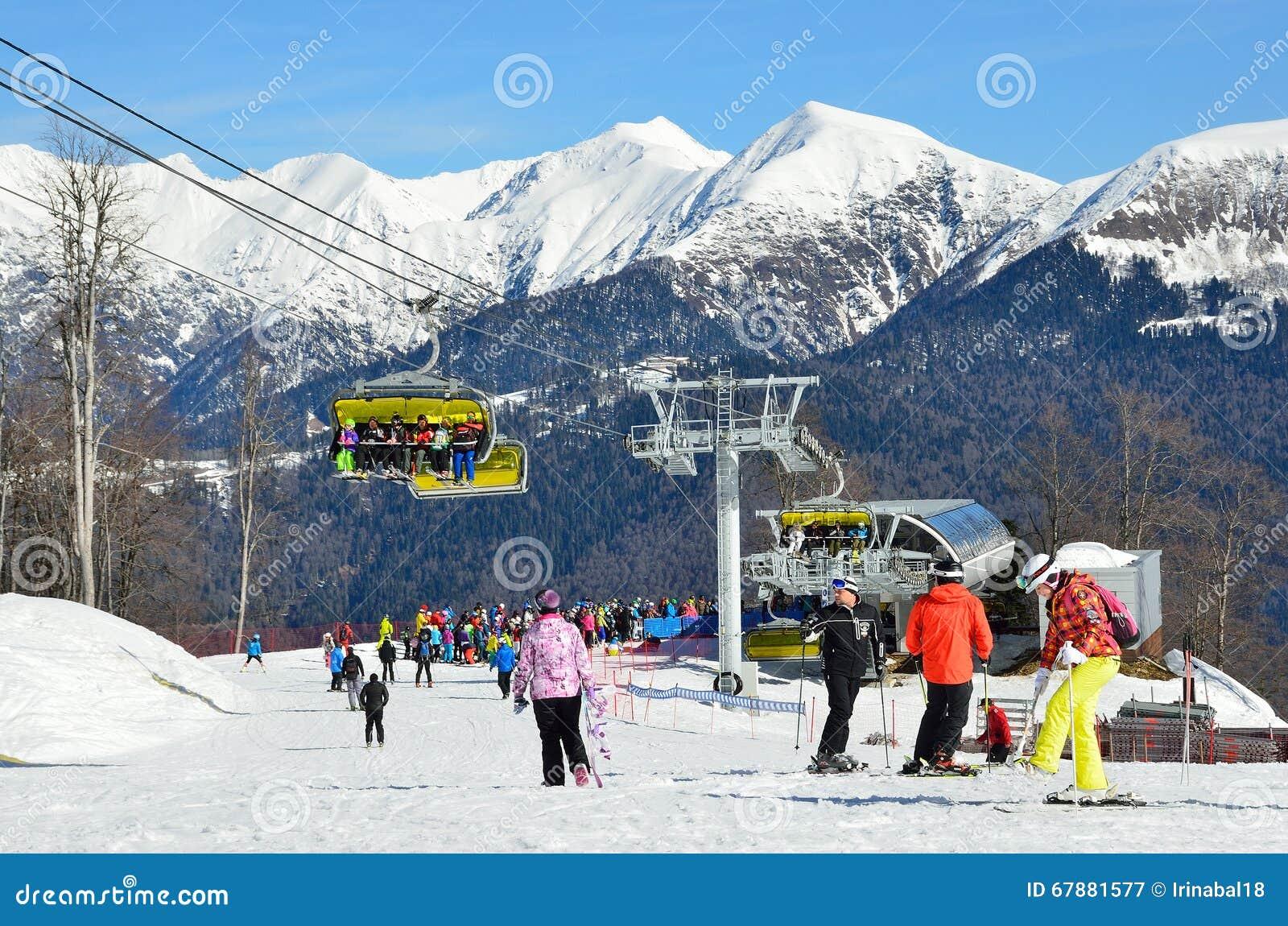 索契,俄罗斯, 2016年2月, 27日,人们在滑雪胜地罗莎Khutor放松