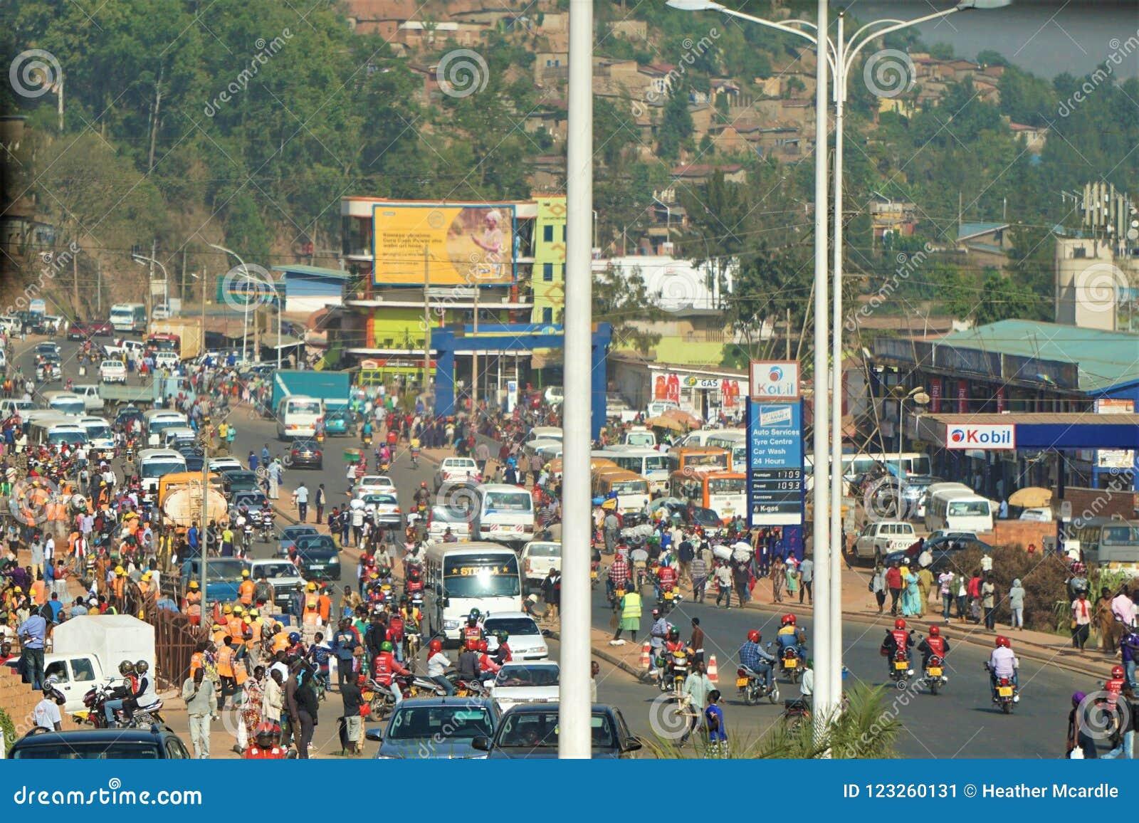 奔忙在商店中拥挤在街市基加利的主要交叉点在卢旺达