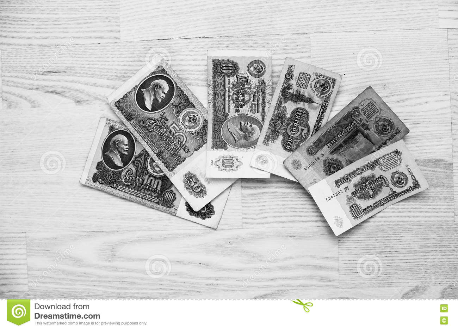 套票据苏联在木背景的卢布金钱 黑色和W