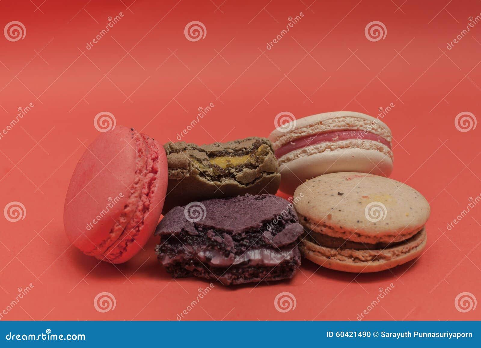 套macarons以各种各样的颜色 有些被咬住