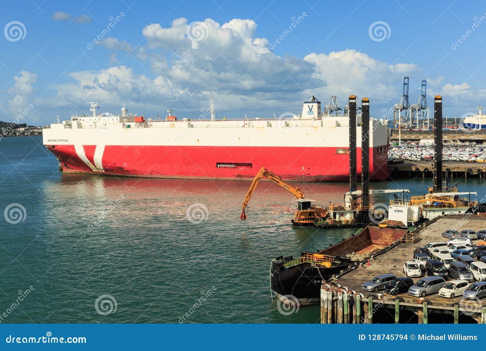 奥克兰,新西兰港,有一艘巨大的车载体船的