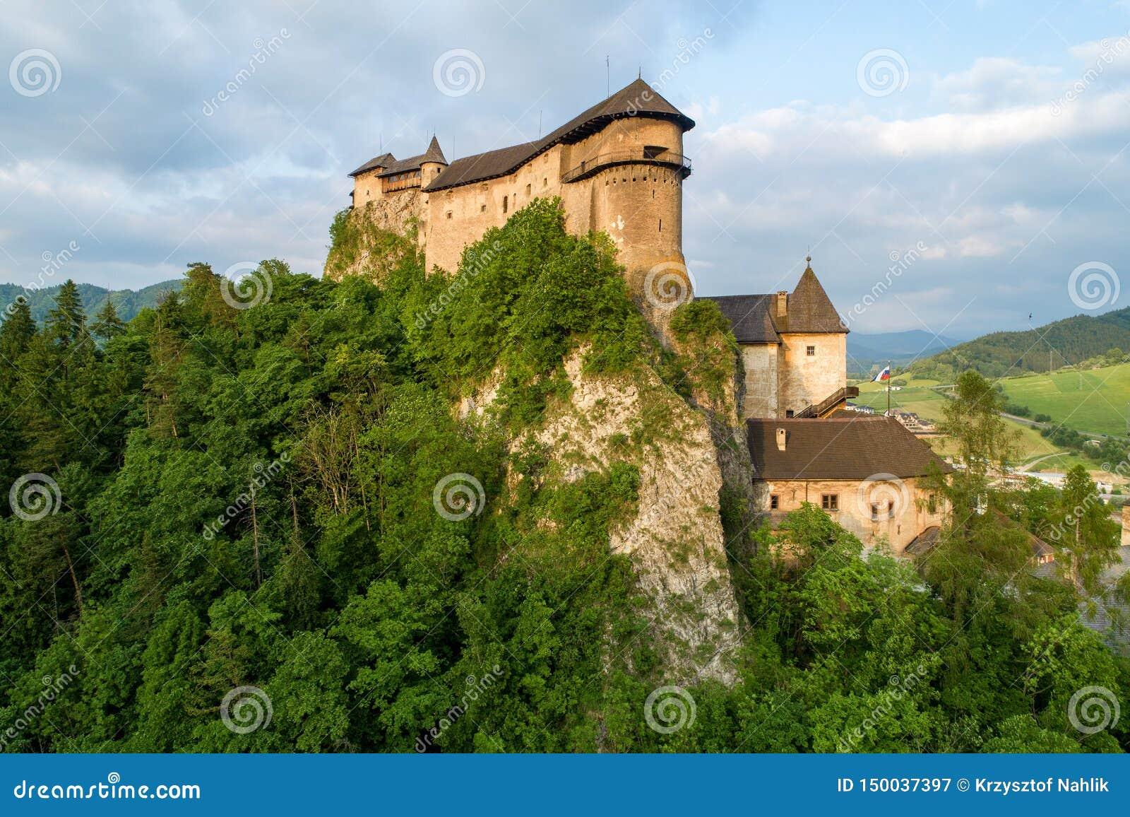奥拉瓦河城堡在斯洛伐克 鸟瞰图在日落的夏天