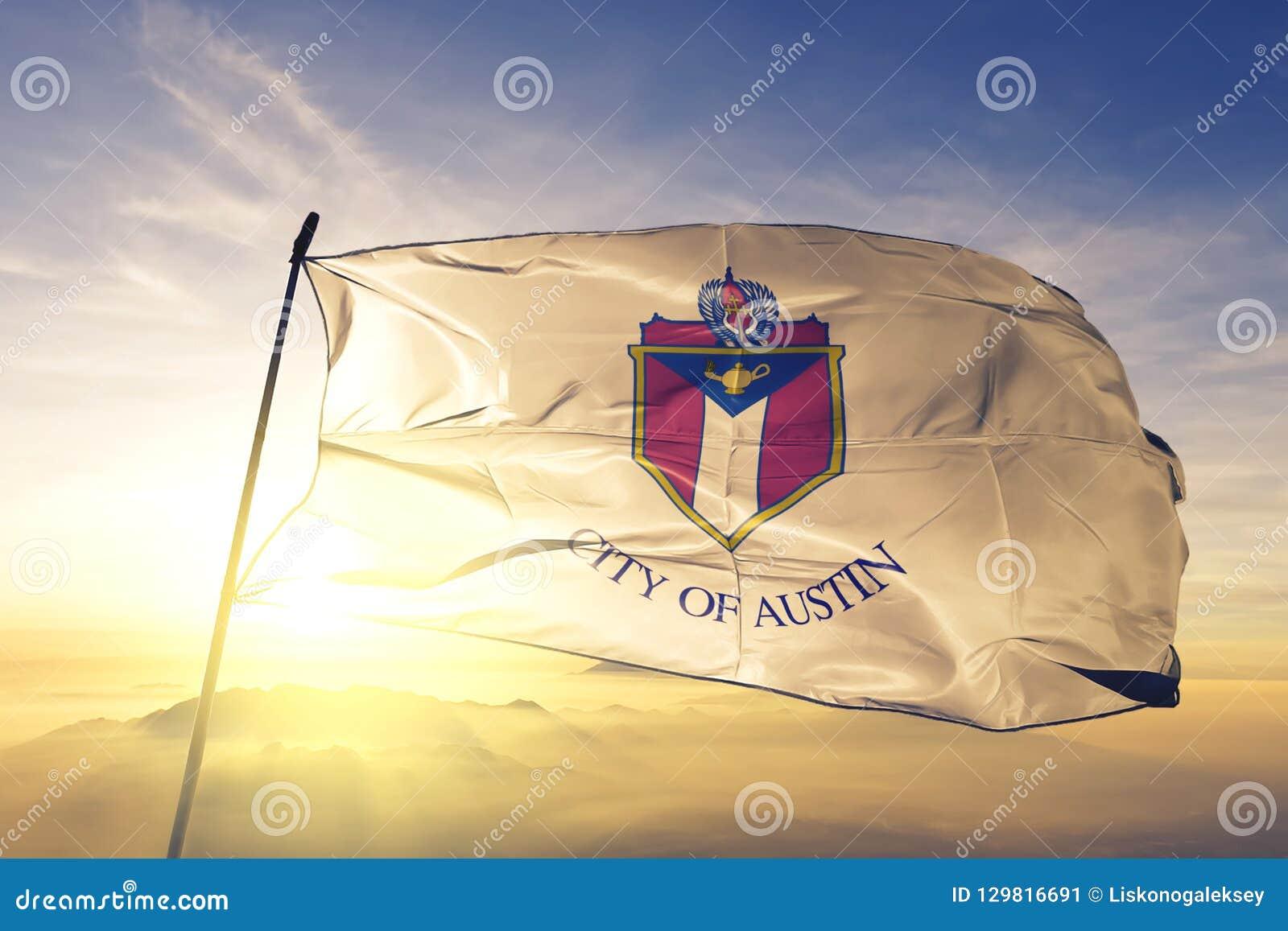 奥斯汀美国旗子纺织品挥动在顶面日出薄雾雾的布料织品得克萨斯的市首都