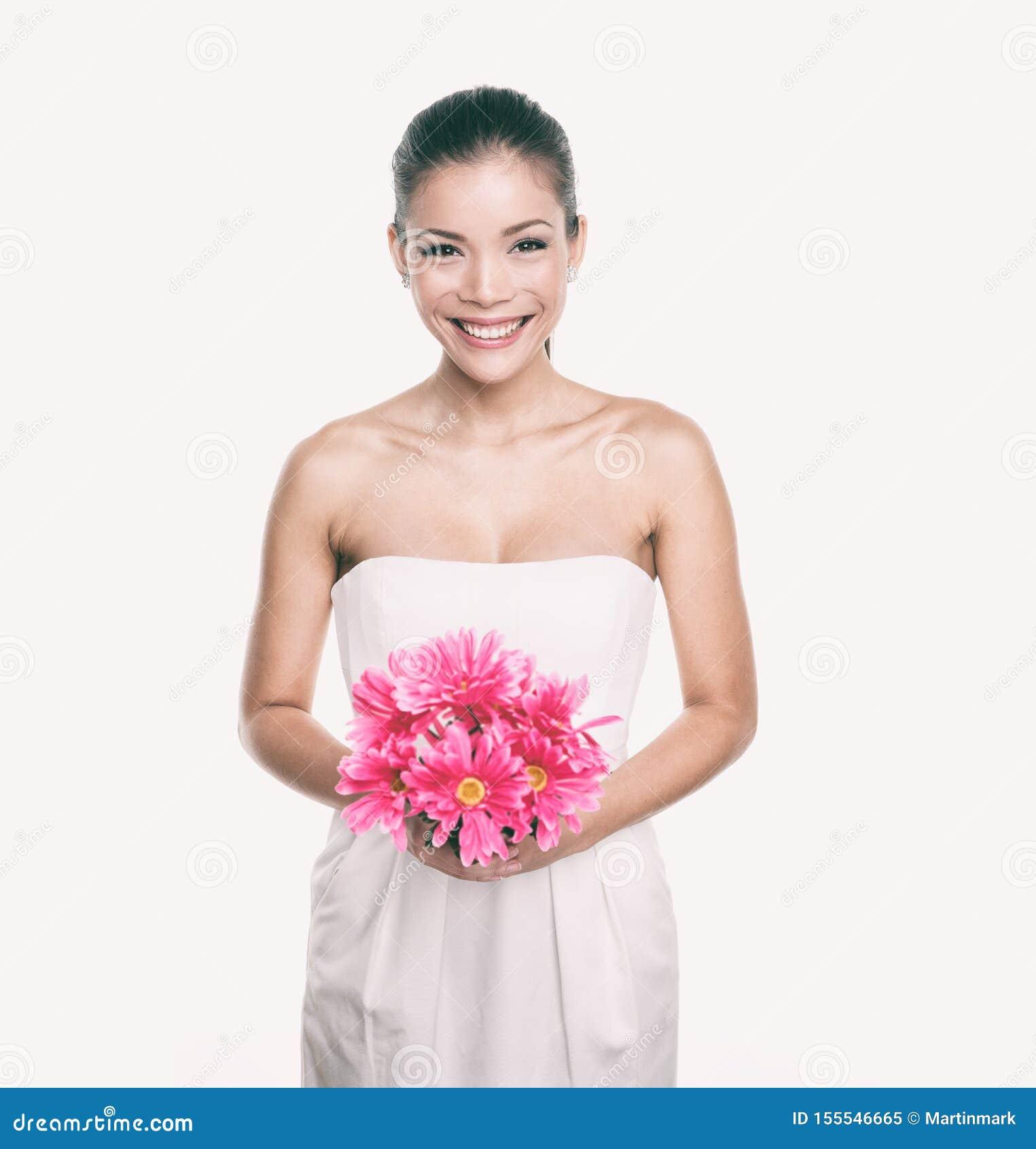 女傧相有花花束的婚纱女孩 亚洲妇女秀丽在演播室 结婚伴娘或的新娘