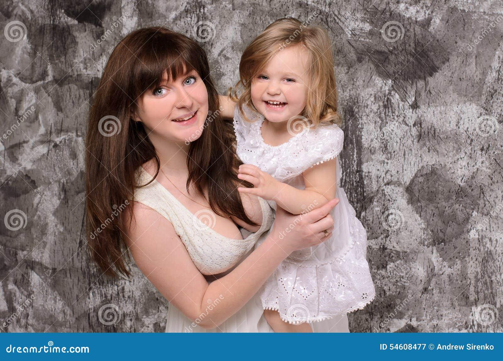 女儿愉快的查出的小的母亲年轻人