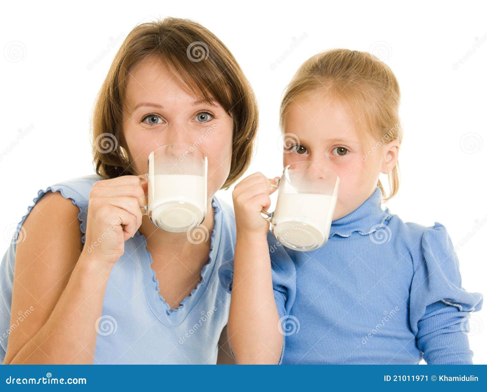 女儿饮料牛奶妈妈