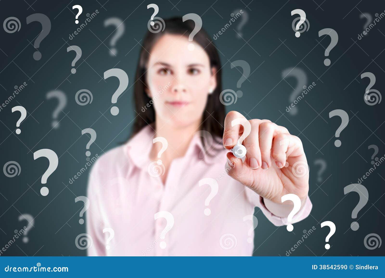 年轻女商人文字问号。