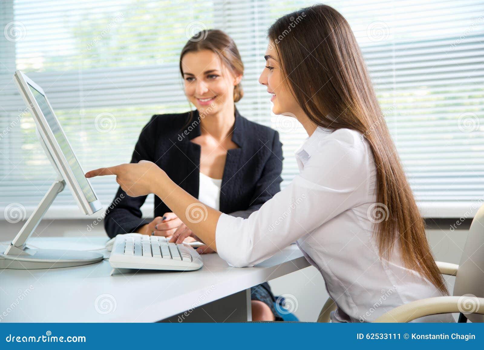 女商人谈论在会议
