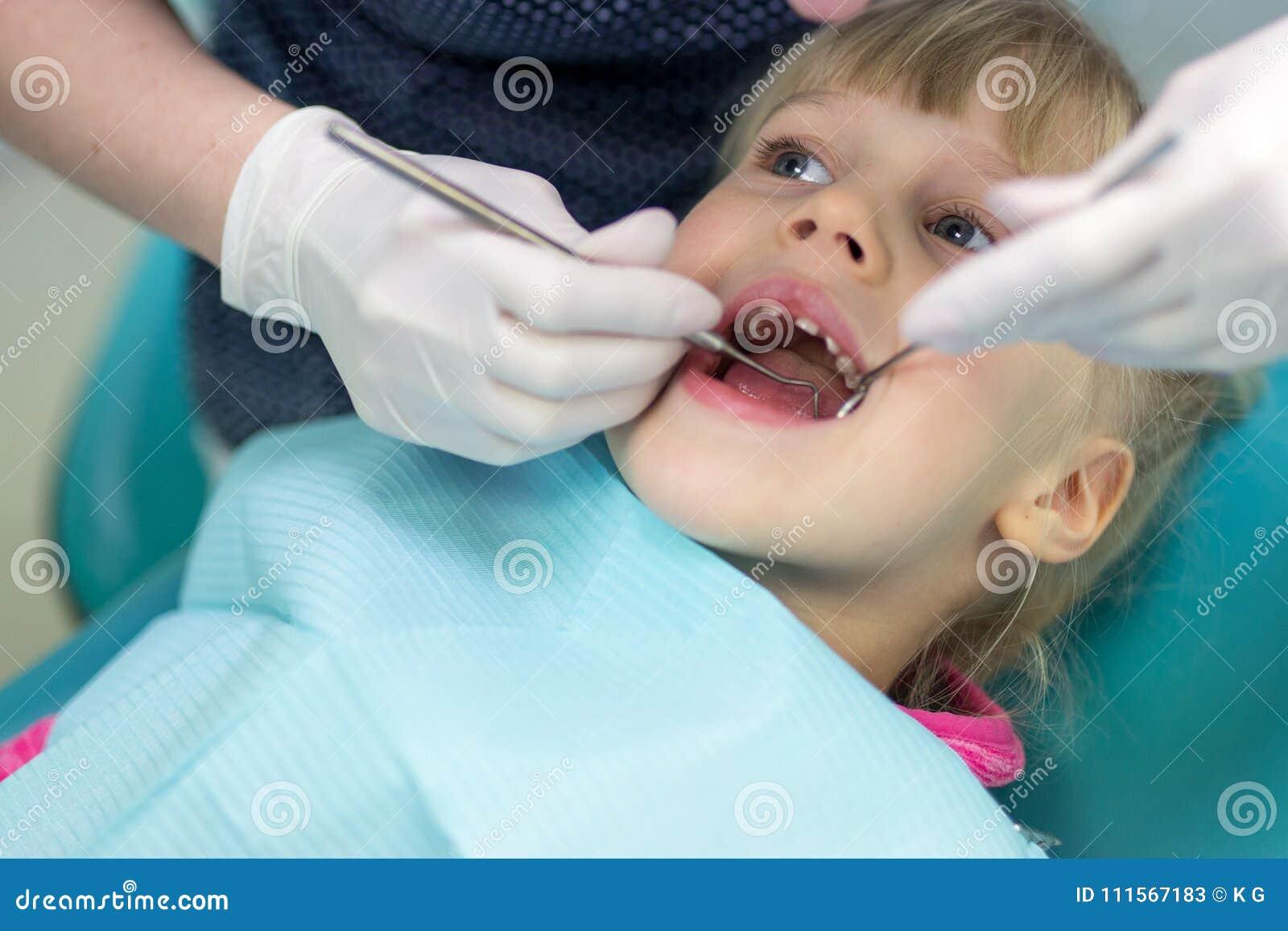 女婴参观的口腔医学诊所 做核对的牙医孩子牙 儿童牙和嘴医疗保健