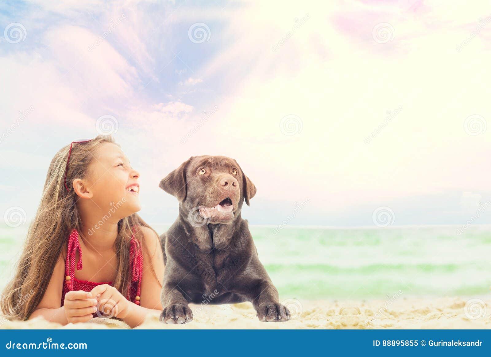 女婴和拉布拉多狗