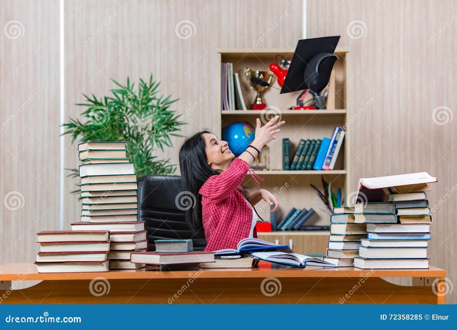 年轻女学生为学院学校检查做准备