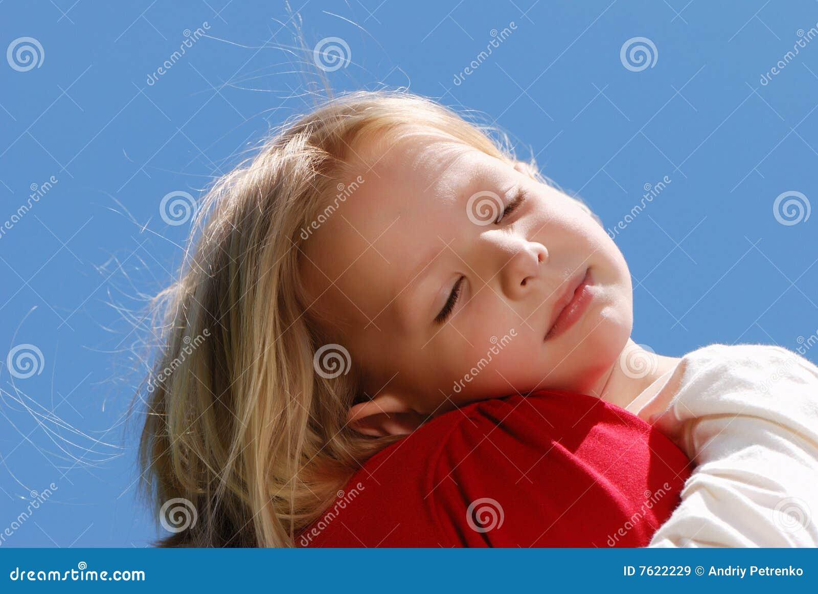 女孩一点母亲肩膀休眠