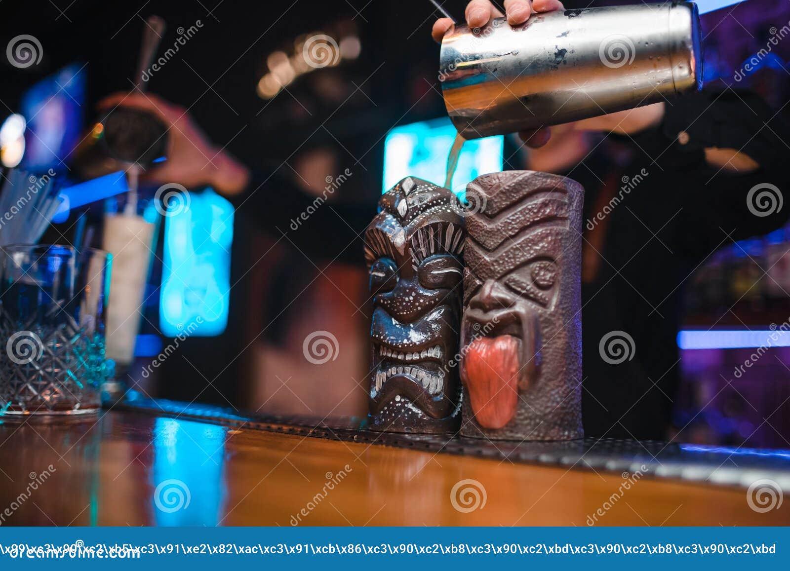 女孩侍酒者在夜总会准备一个鸡尾酒