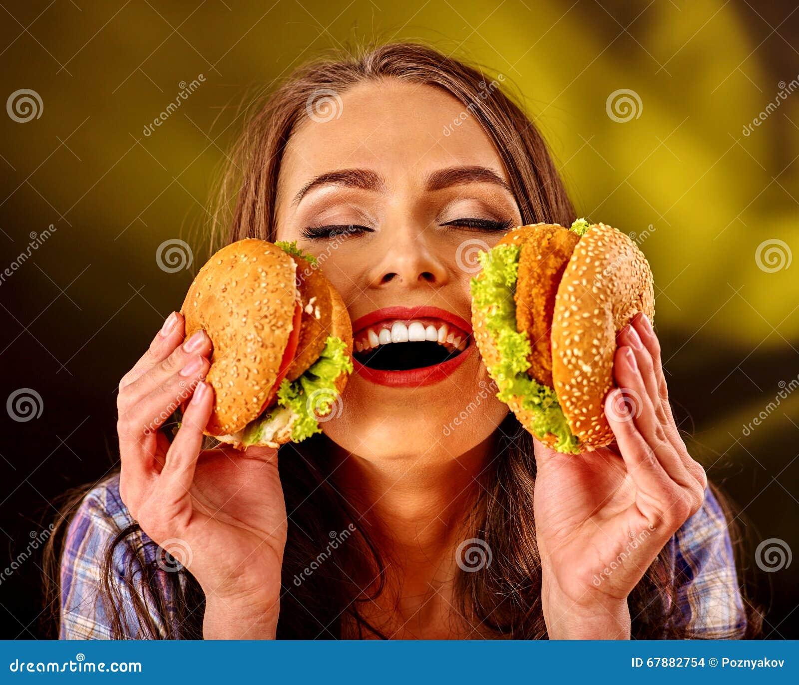 女孩保持和吃几汉堡包