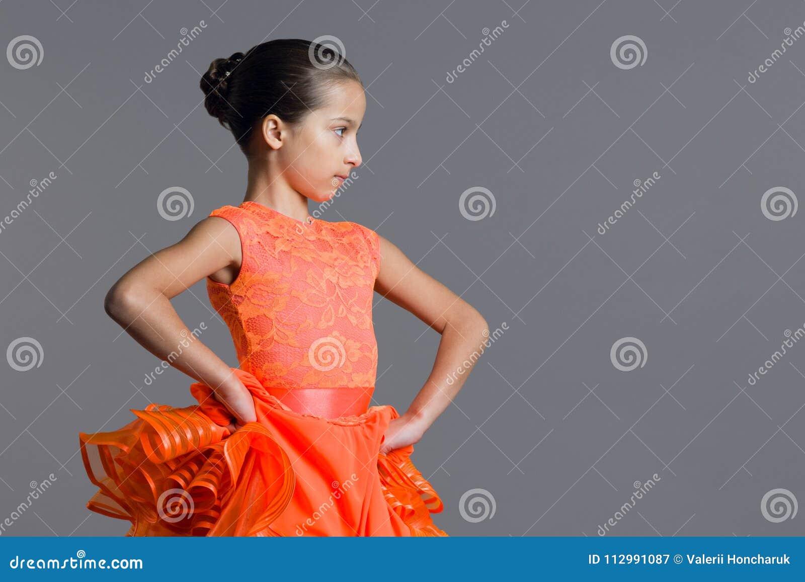 女孩儿童9-10岁舞蹈家的画象 炫耀交谊舞,拉丁美洲人