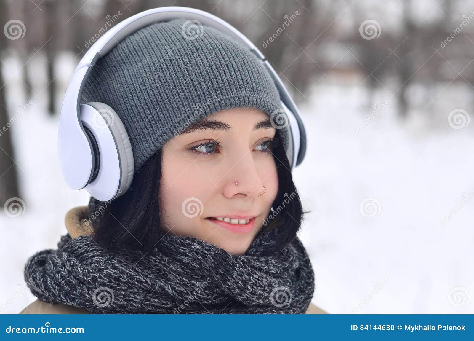女孩冬天画象有耳机的