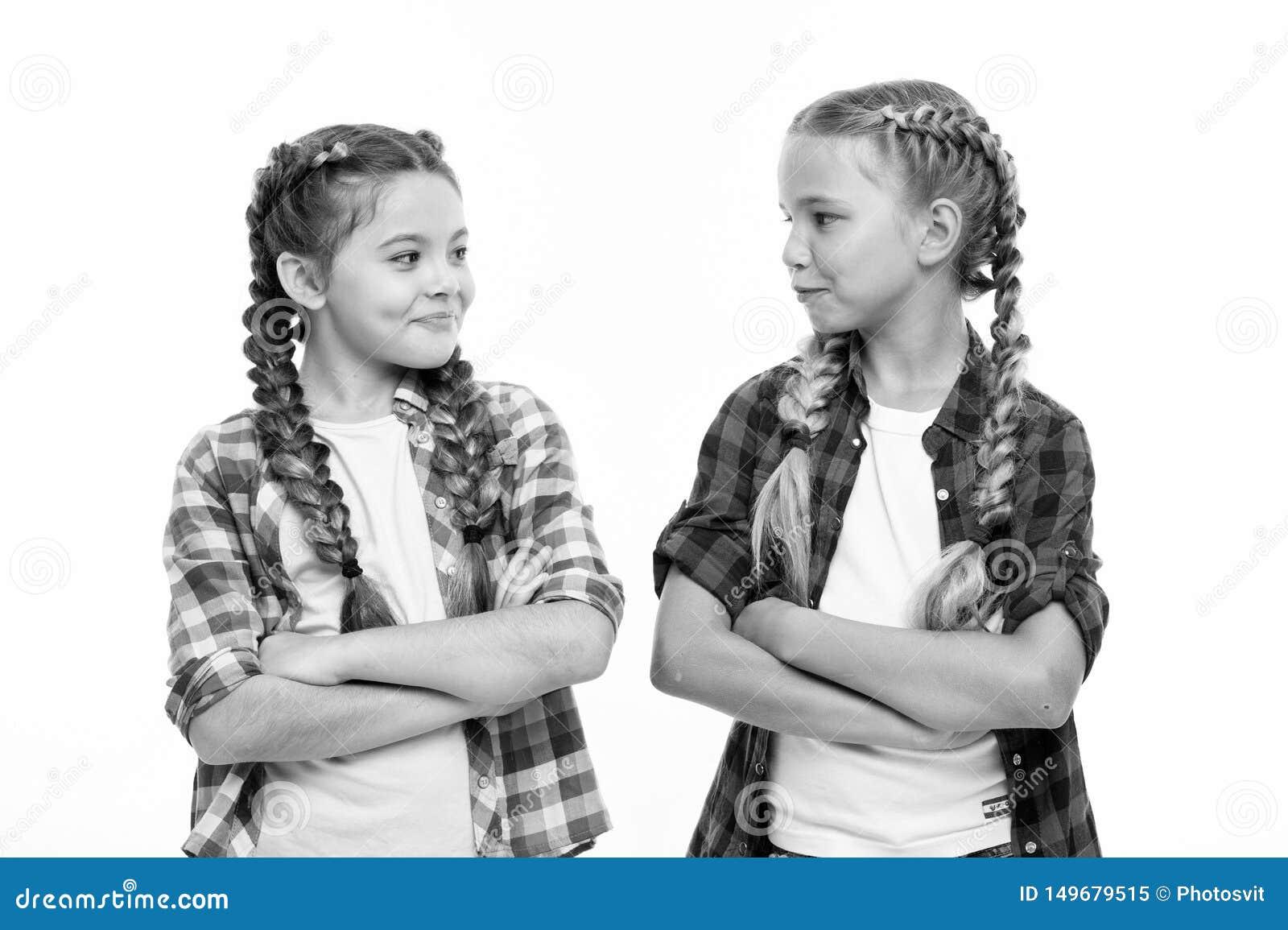 女孩冷却有被交叉的双臂的确信的姐妹 友谊支持和信任妇女团体目标 姐妹一起隔绝了