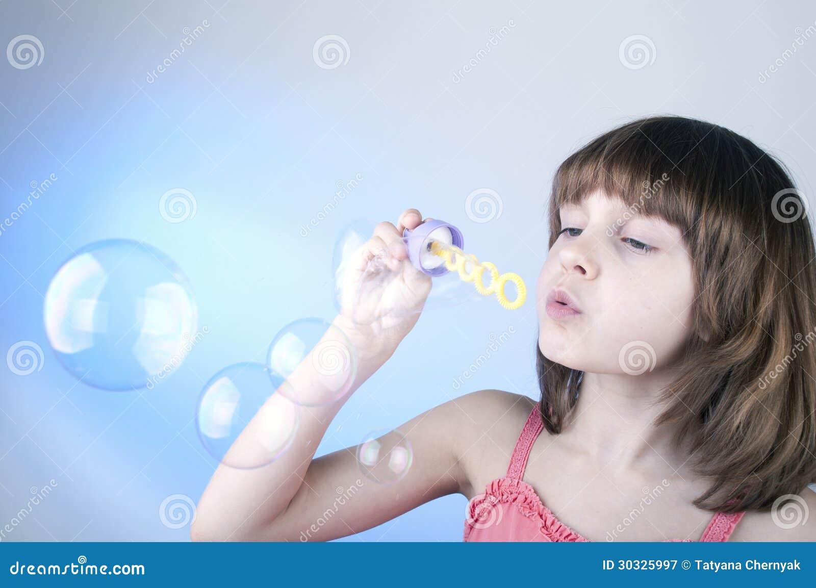 女孩吹的肥皂泡