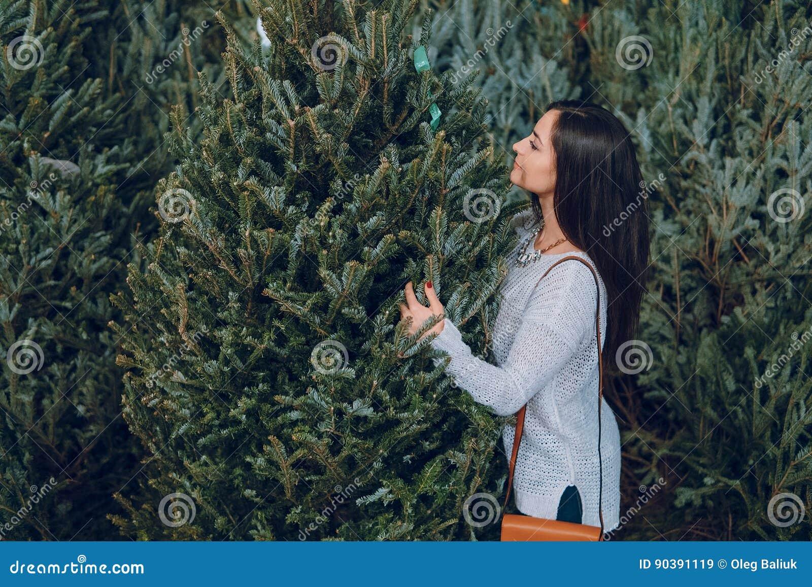 女孩和圣诞树