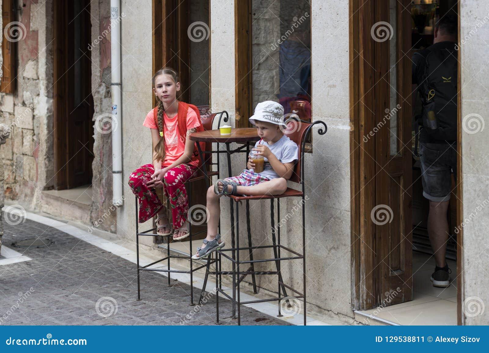 女孩和男孩咖啡馆的