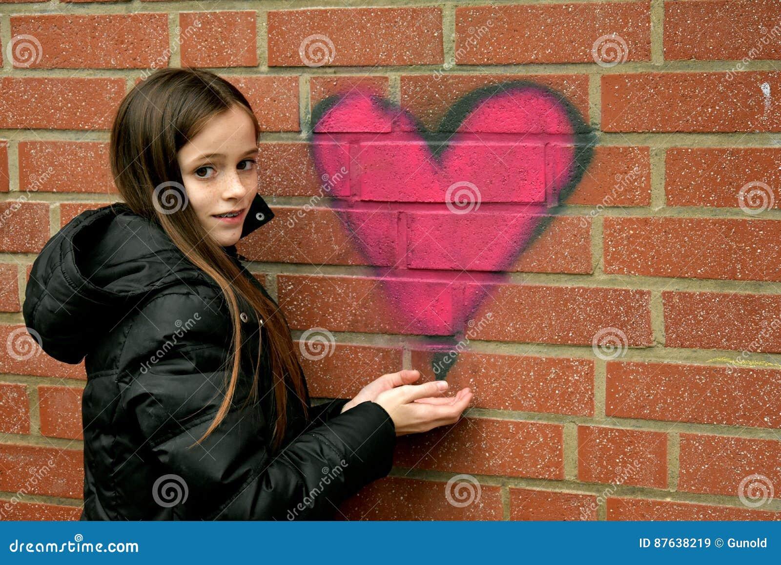 女孩和街道画心脏