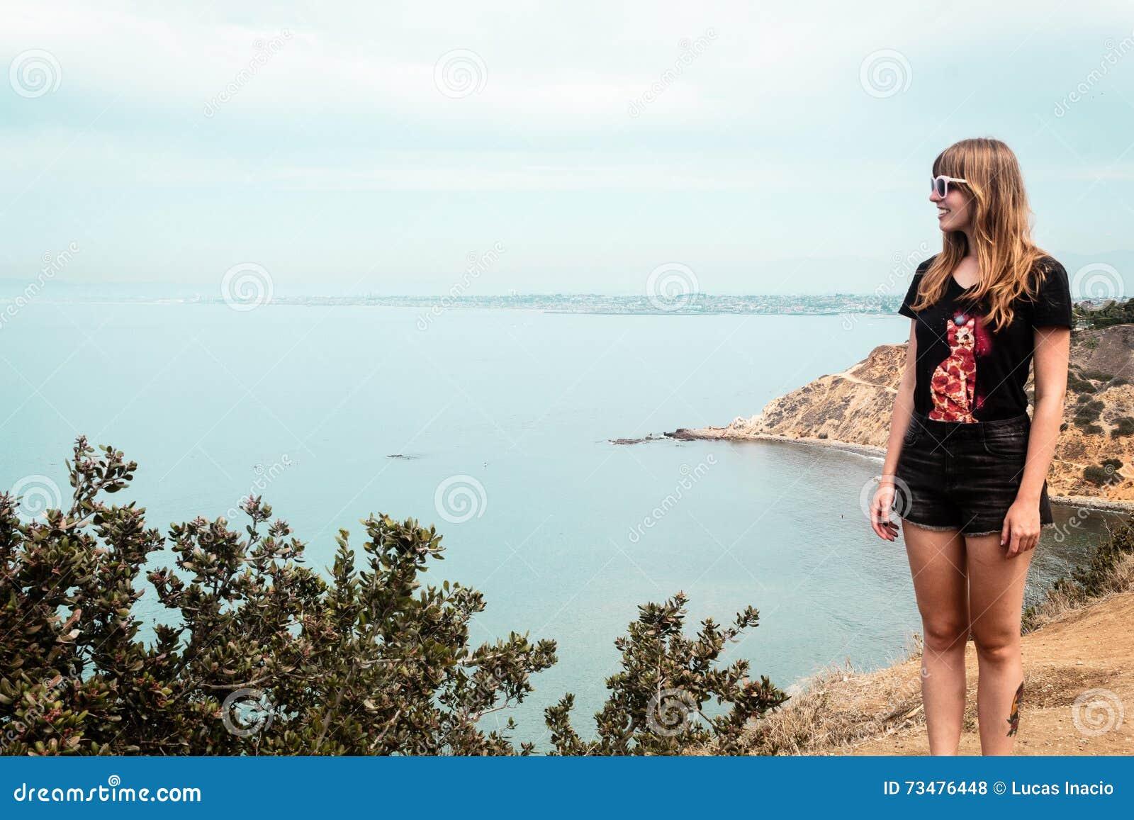 女孩和Oceanview从加利福尼亚海岸,美国