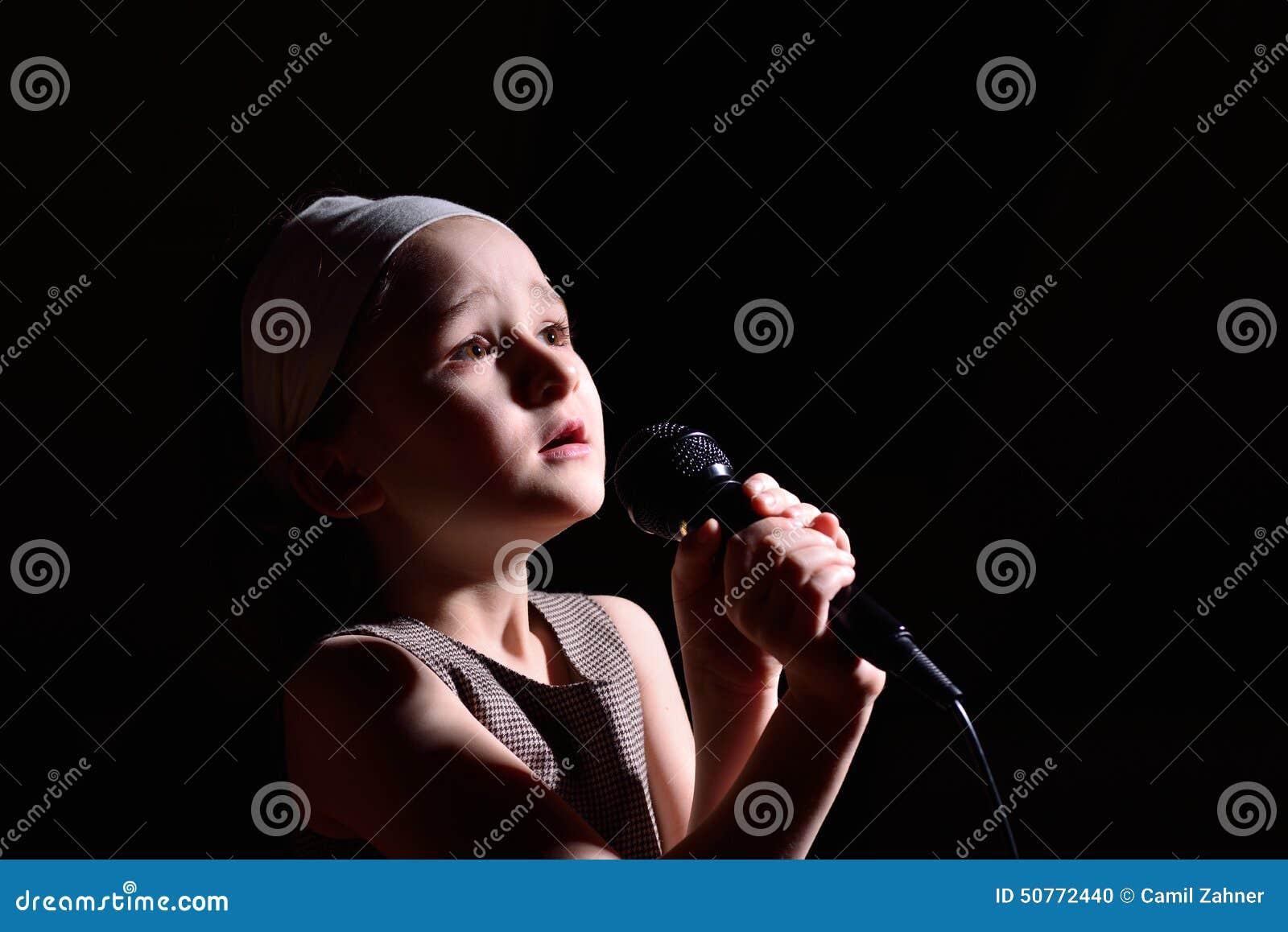 女孩唱歌的一点