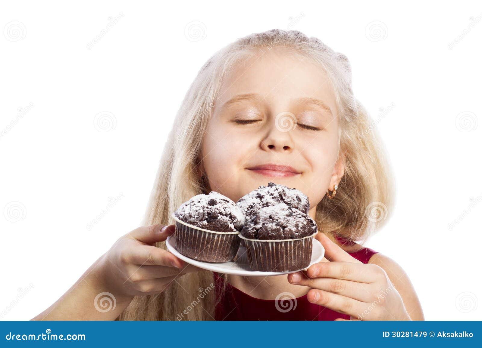 女孩嗅巧克力松饼