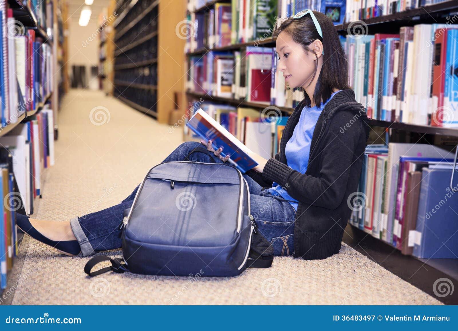 亚洲拼贴画学生读书 亚洲拼贴画学生读书 亚裔拼贴画学生在图书馆里