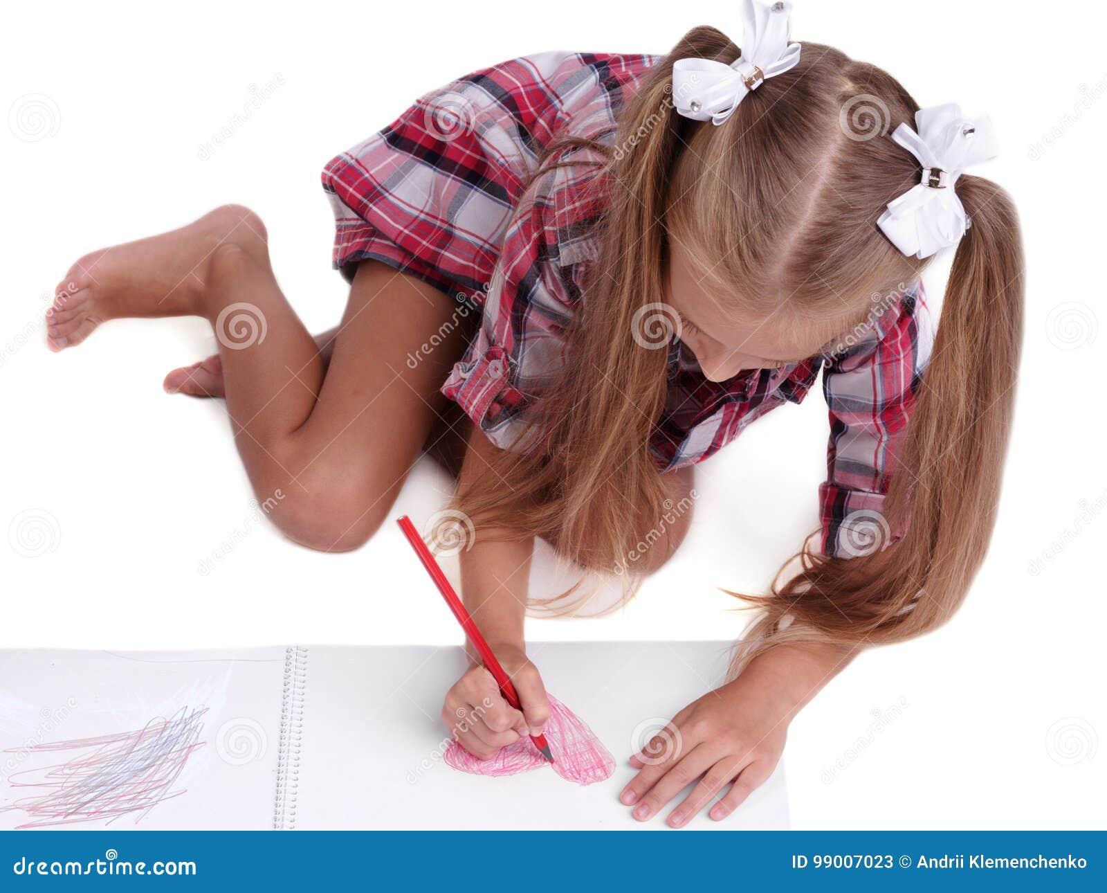 女孩图画的特写镜头 画五颜六色的图片的学龄前孩子 有颜色铅笔的一个孩子 回到概念学校