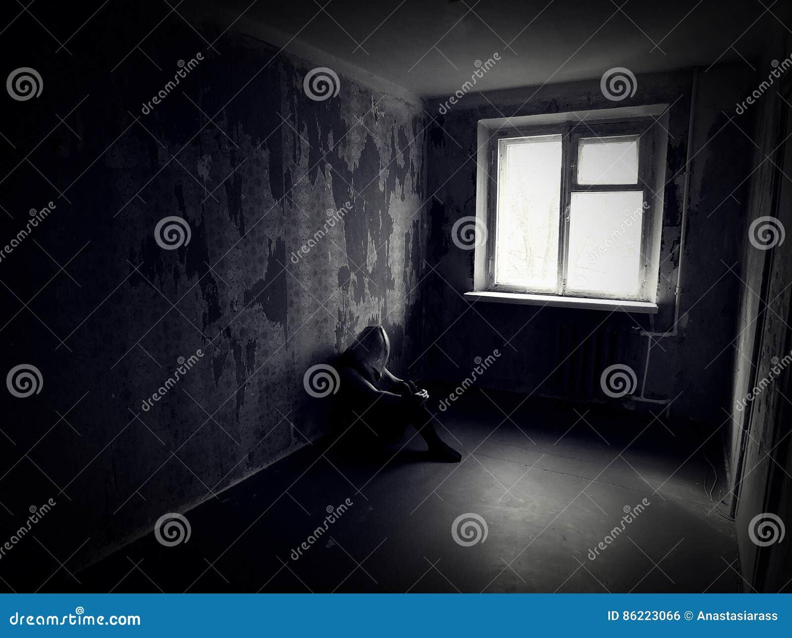 女孩在一间被放弃的蠕动的屋子