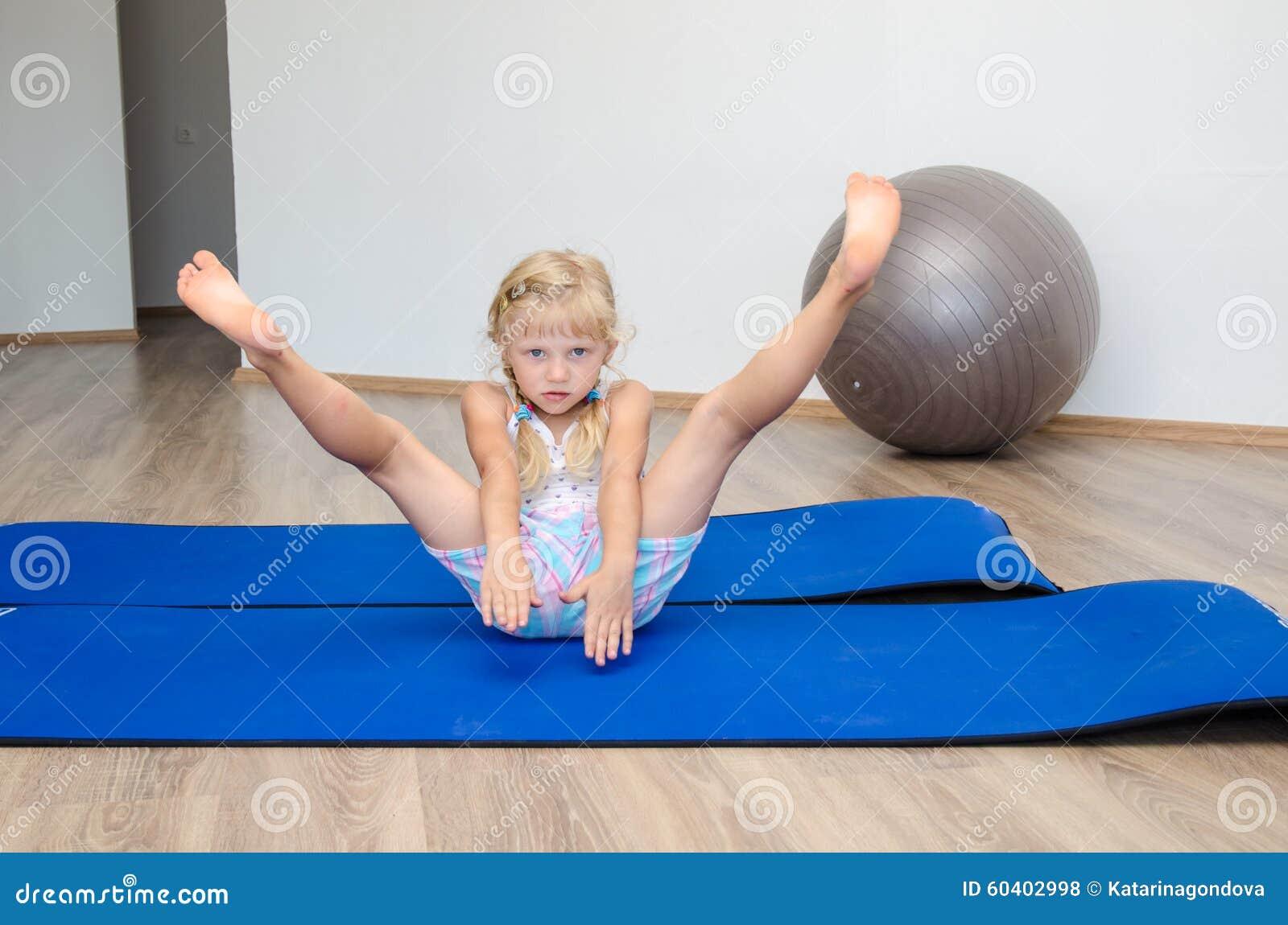 女孩在体操里