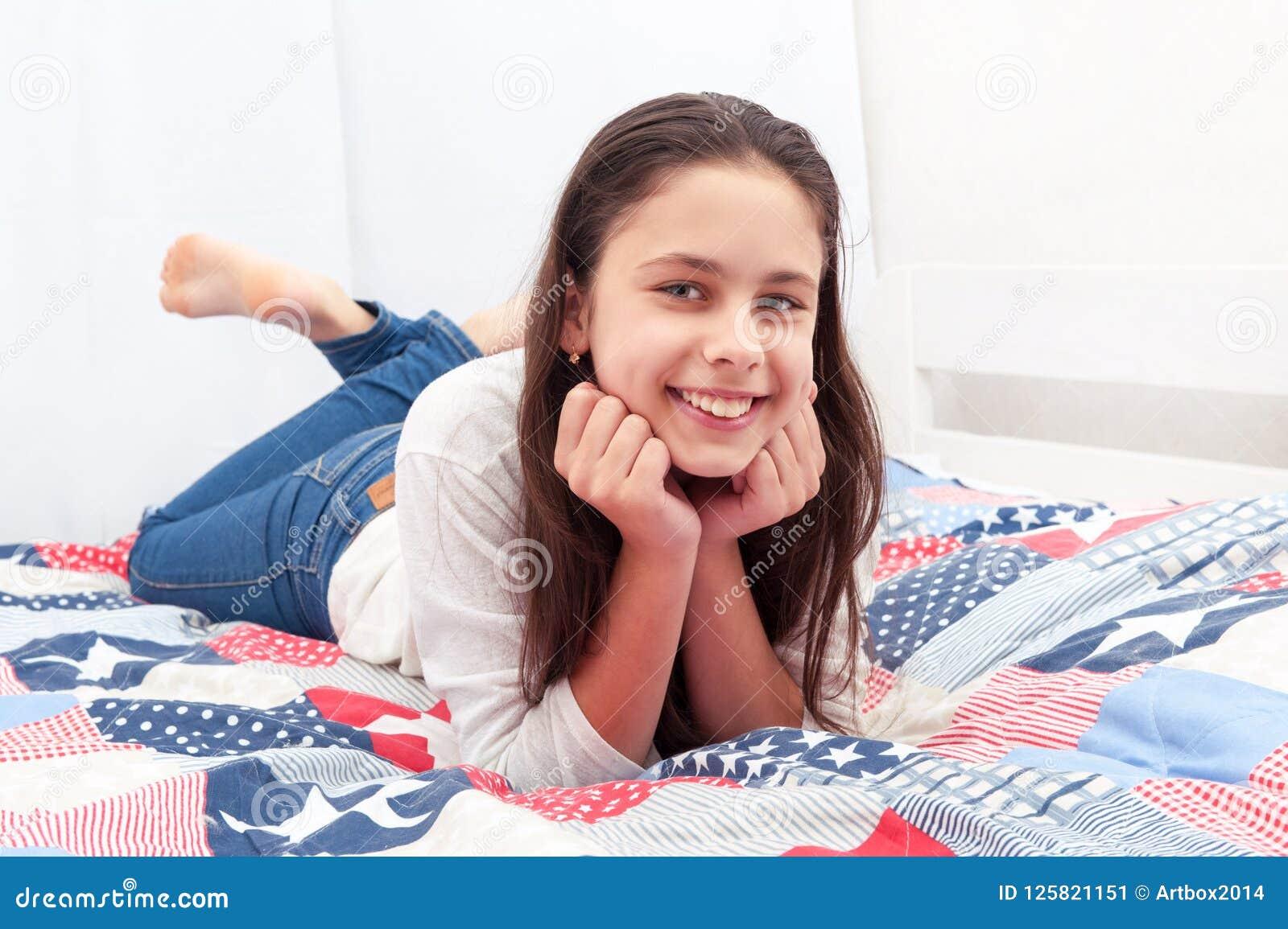 女孩在床上躺