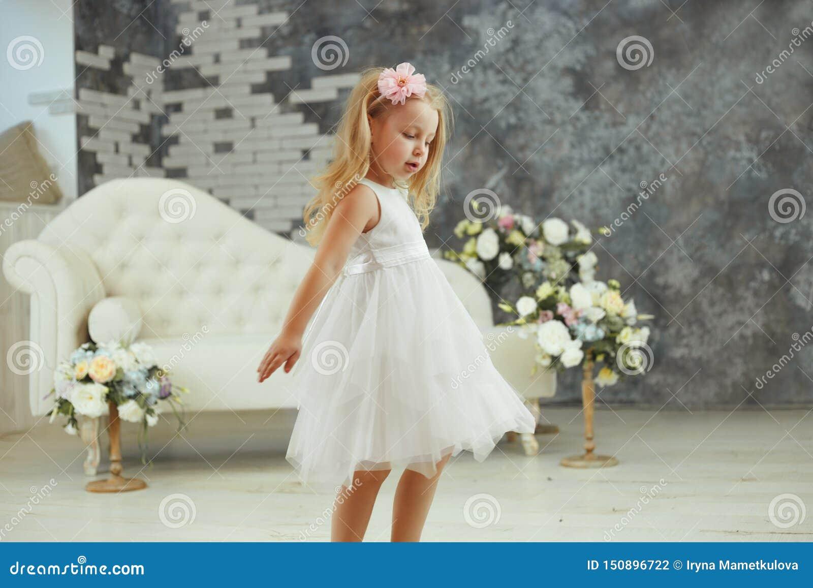 女孩在白色豪华礼服spining