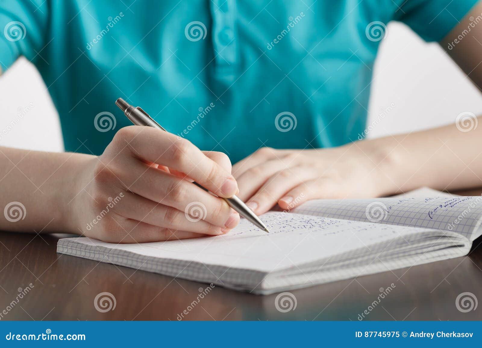 女孩在笔记本数学公式写