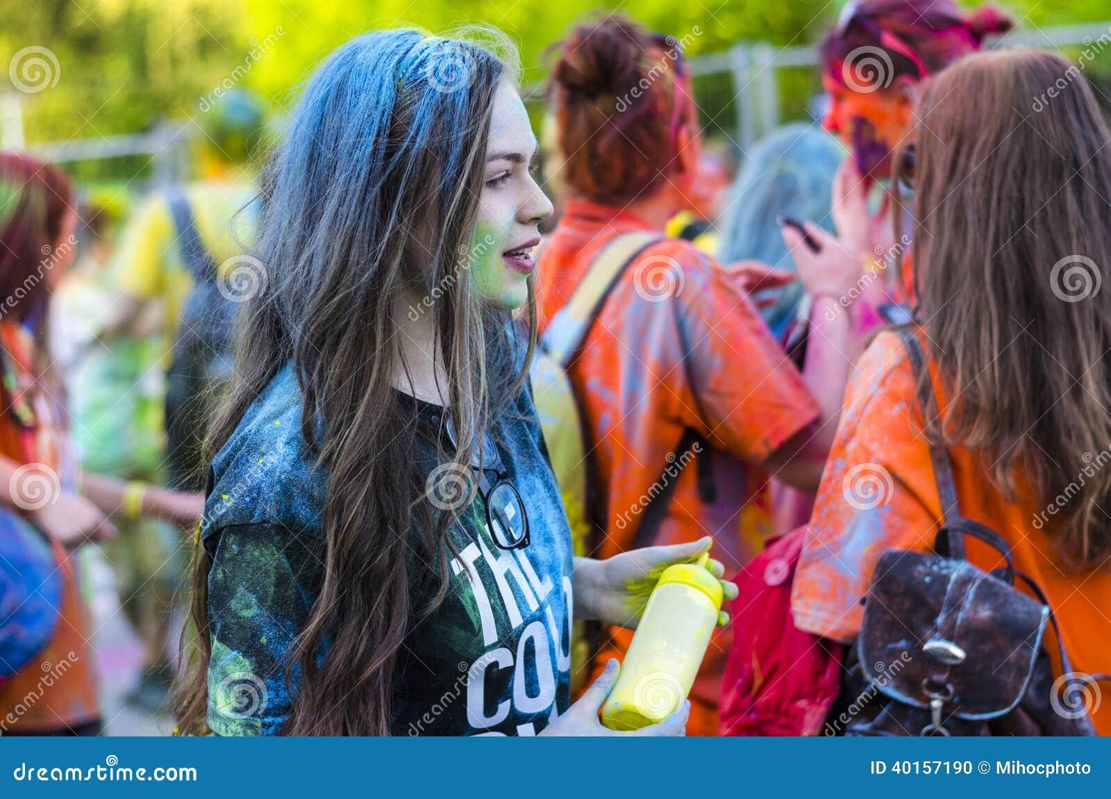 女孩在蓝色粉末装饰了在颜色奔跑