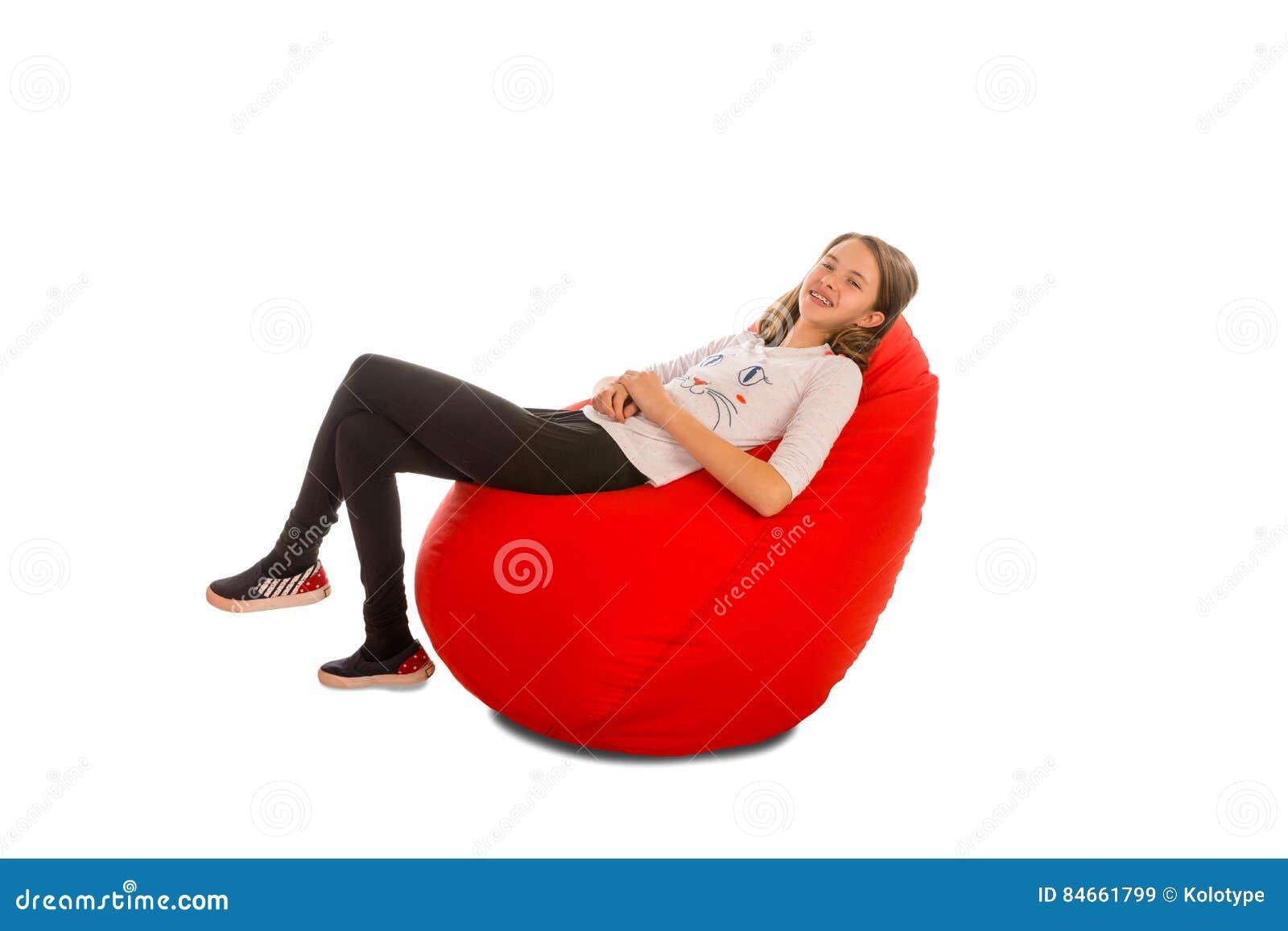 女孩坐红色装豆子小布袋椅子