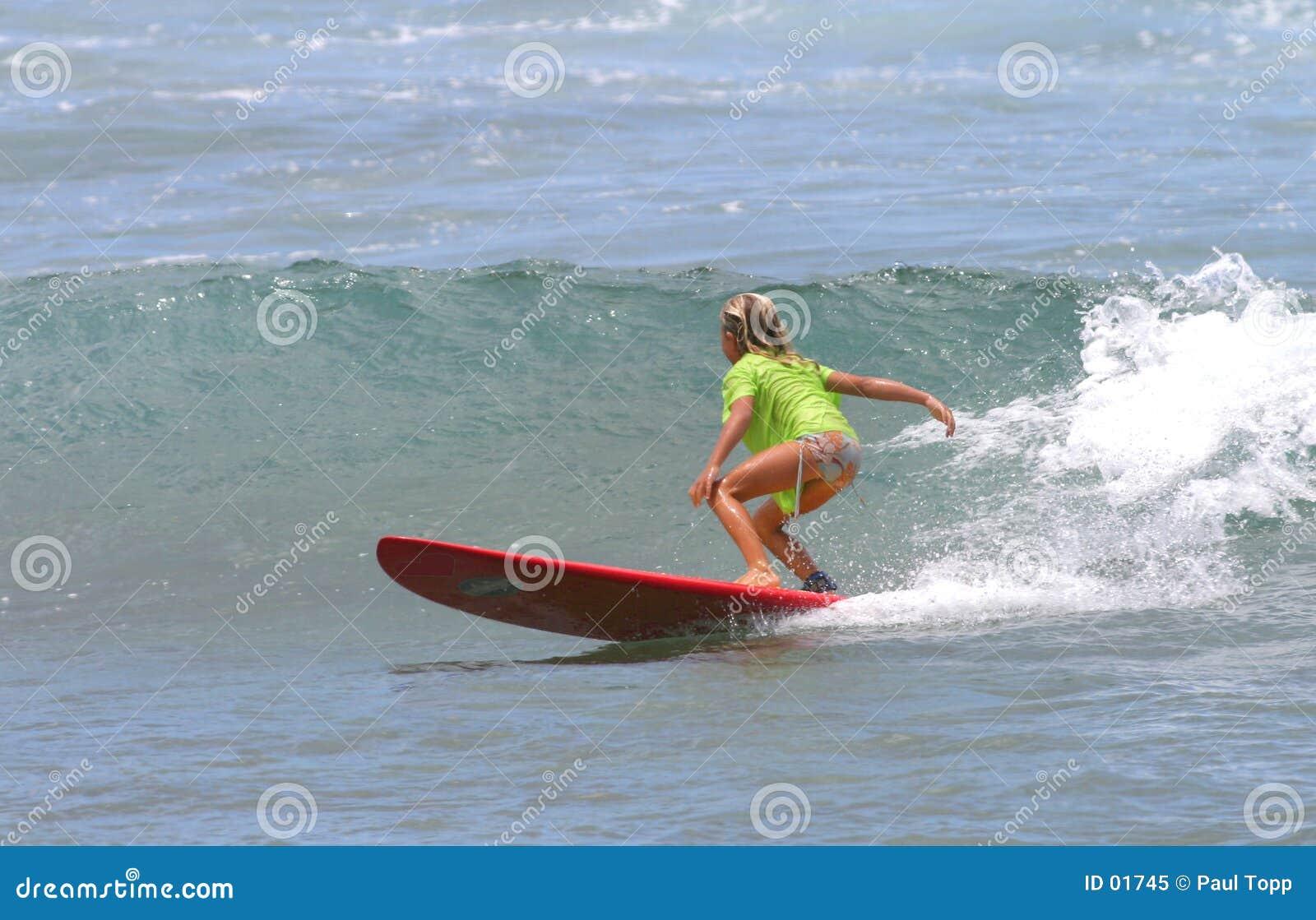 女孩夏威夷红色冲浪板冲浪的年轻人