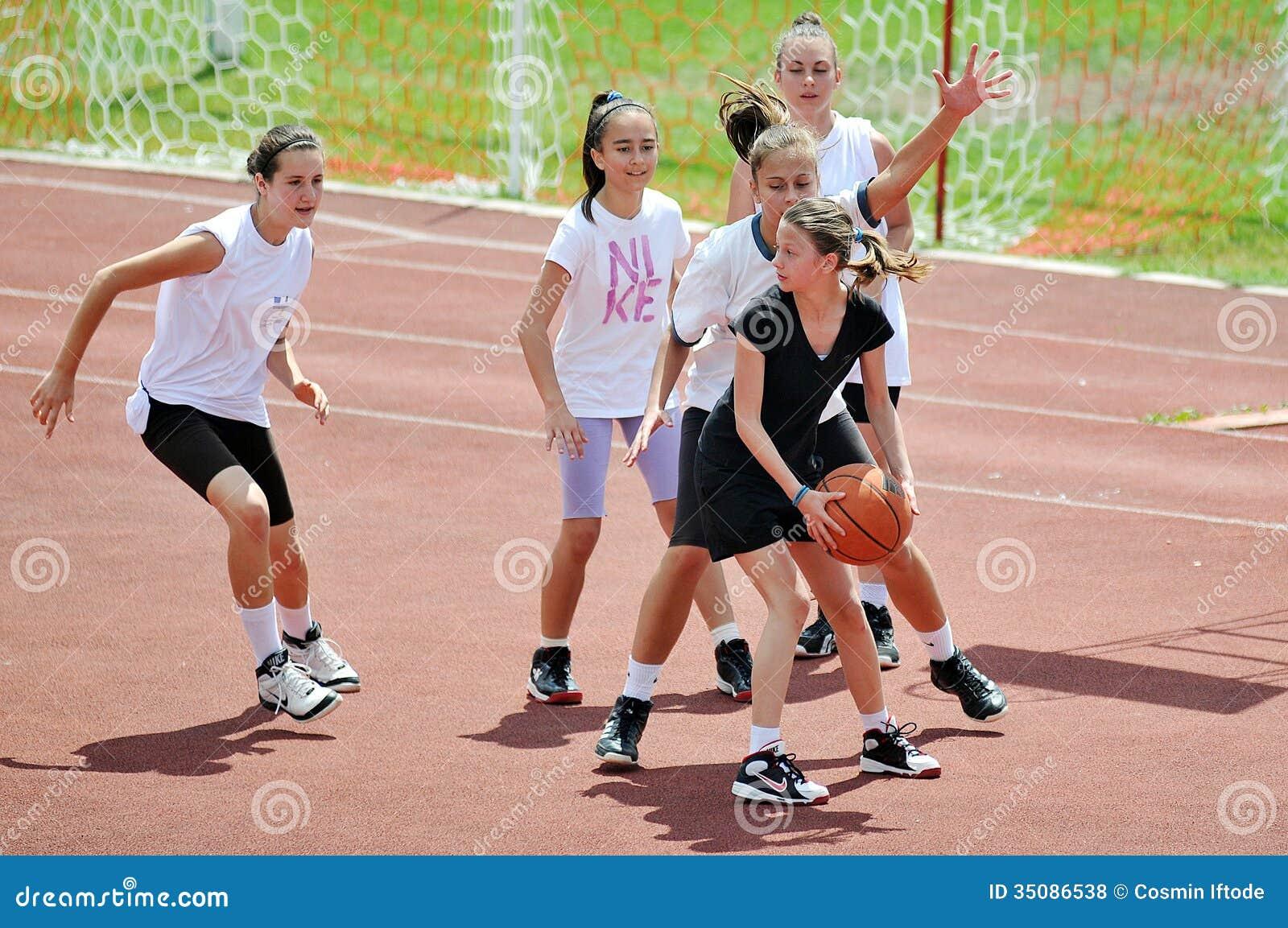 女孩外面戏剧篮球
