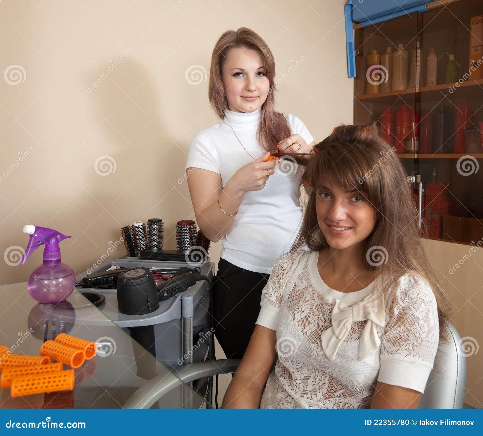 女孩头发头发的长的美发师工作