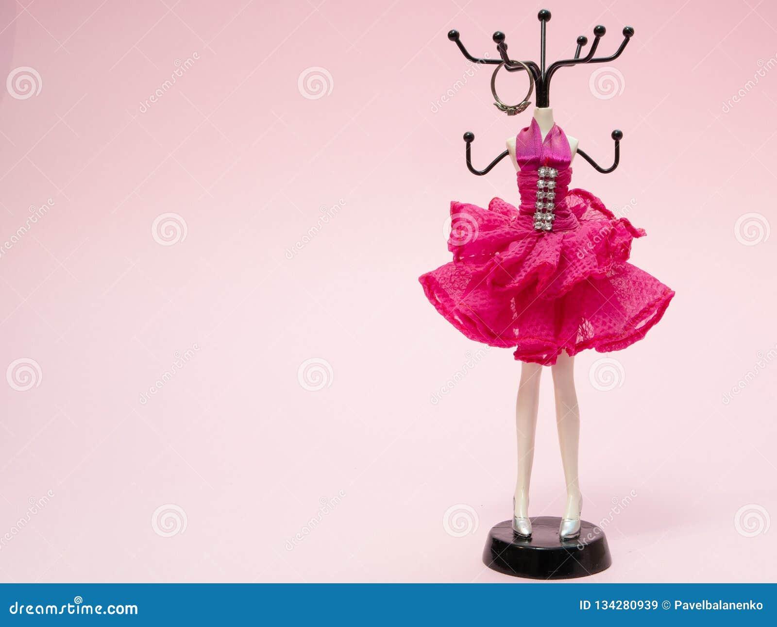 女孩妇女辅助部件的立场象圆环,耳环,耳环