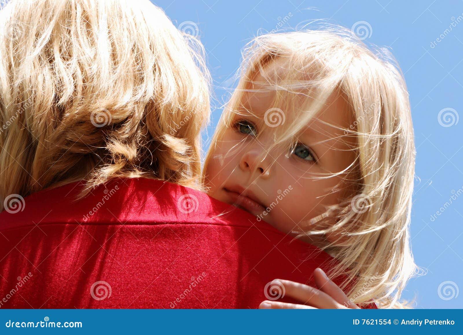 女孩小的母亲肩膀